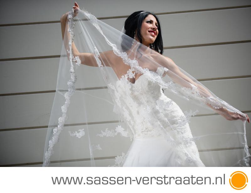 Een mooie achtergrond en een bruid