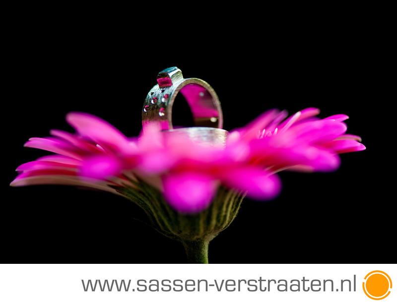 Trouwringen en bloemen bruidsfotografie