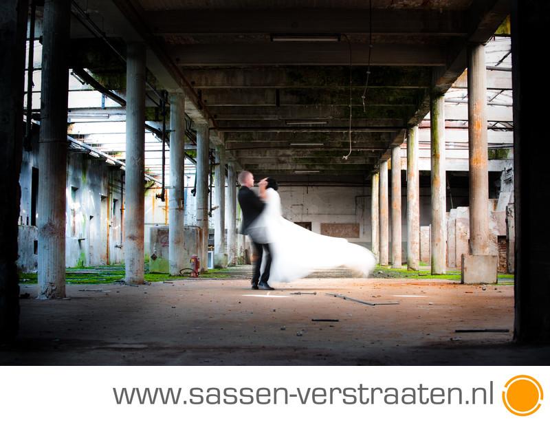Trouwfoto's in een oude fabriek bruidsfotografen