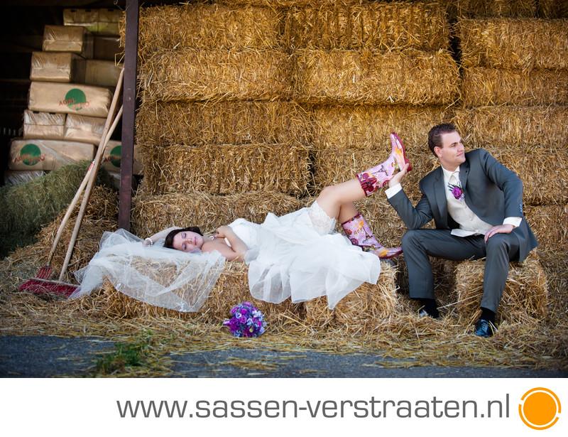 Bruidsfoto's tussen het stro