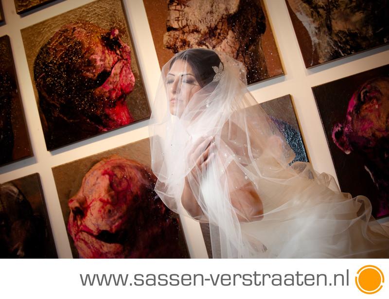 In een galerie voor de bruidsfoto's