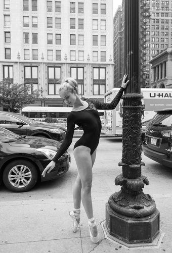 chicago ballerina dancing in millennium park chicago il dance photography ballerina photographer pointe ballet