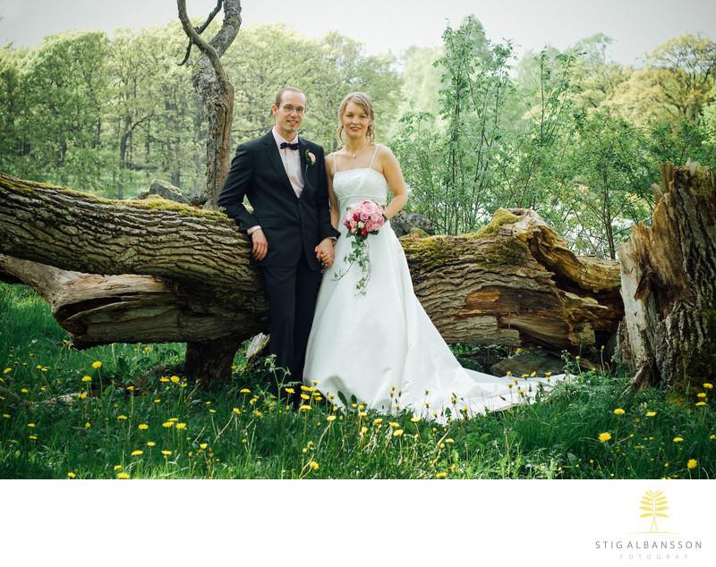 Brudpar I Naturen Vid Stavby Kyrka