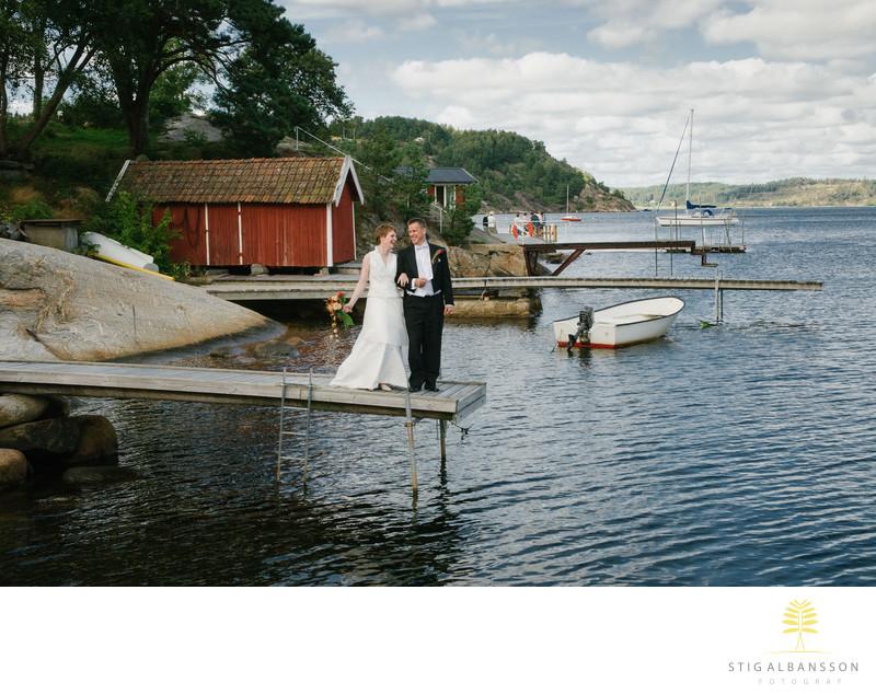 Brudpar på brygga vid Slussens värdshus Orust