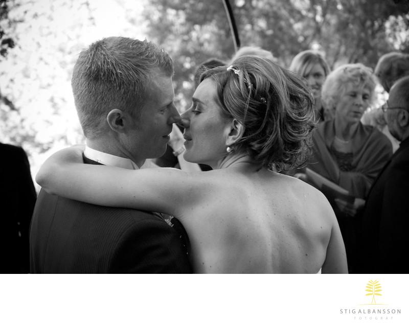 Innerligt ögonblick mellan man och hustru Särö kyrka