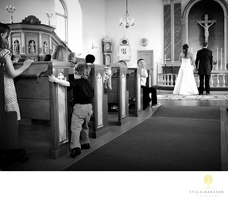 Barn leker och hyschar under kyrkvigsel Starrkärr