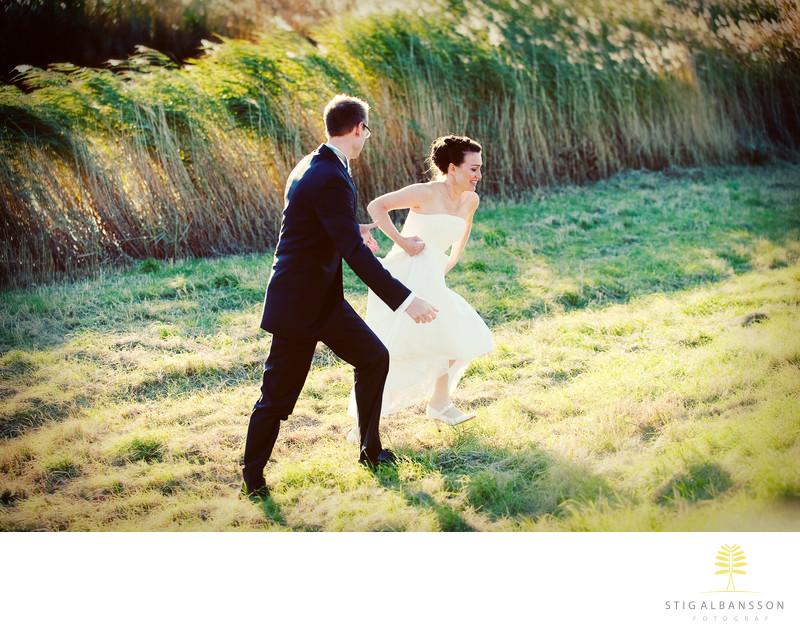 Höstbröllop krispig klar dag i oktober brudpar springer