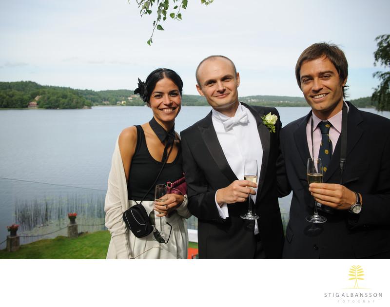 Brudgum med vänner vid bröllop Hällsnäs
