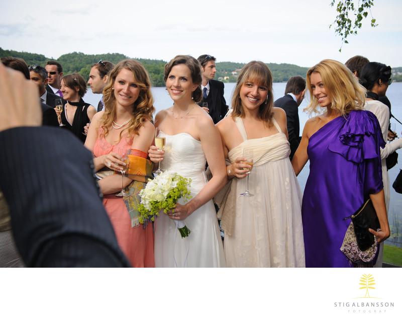 Brud och gäster ler mot gäster vid bröllop Hällsnäs
