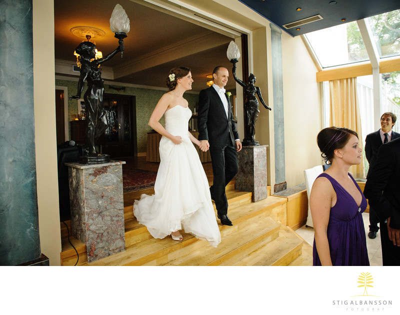 Entré av brudpar till bröllopsmiddag Hällsnäs