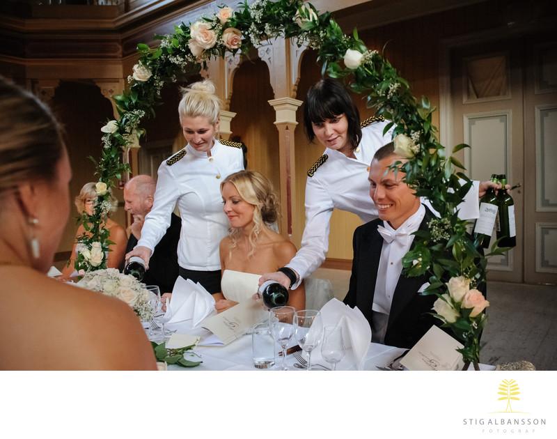 Bröllopsmiddagen inleds på Societetshuset i Marstrand