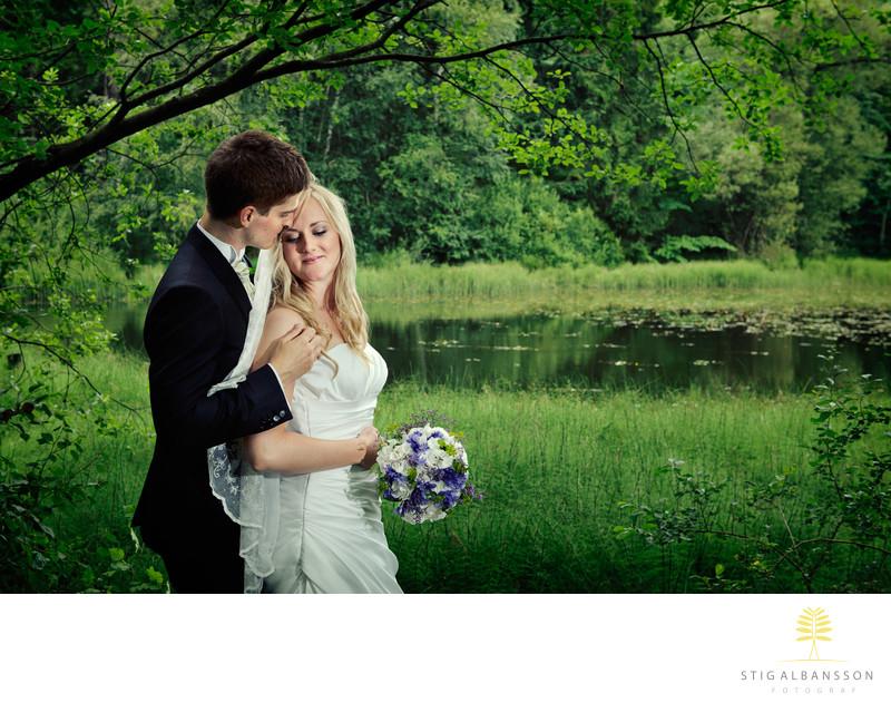 Romantisk stund med brudpar vid tjärn Styrsö Göteborg