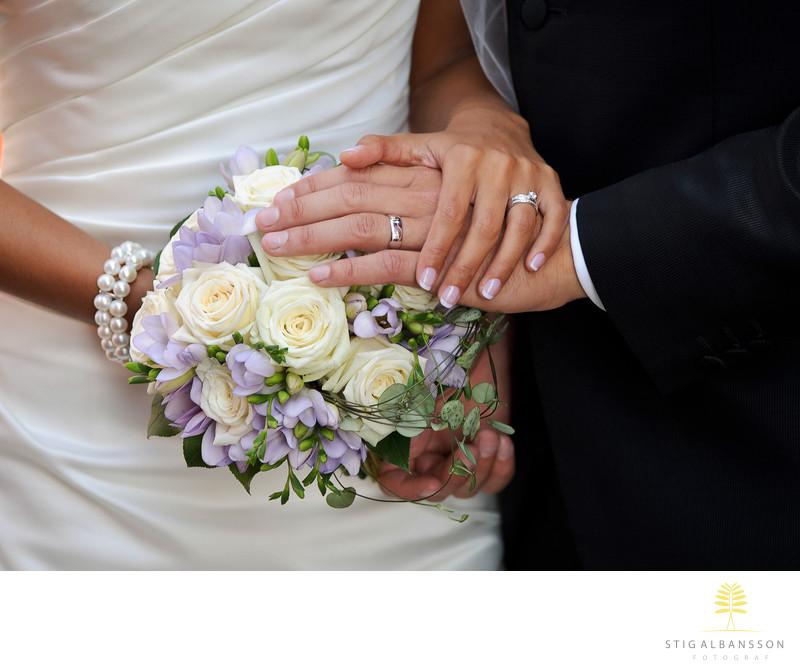 Händer, ringar, brudbukett. Bröllop Skärhamn.