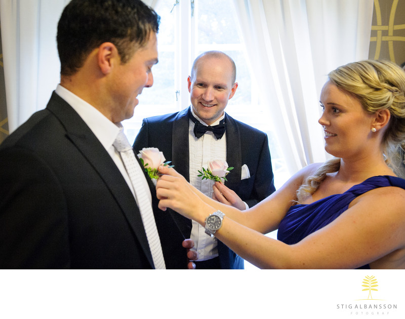 Tärna hjälper marskalk med blomma inför bröllop
