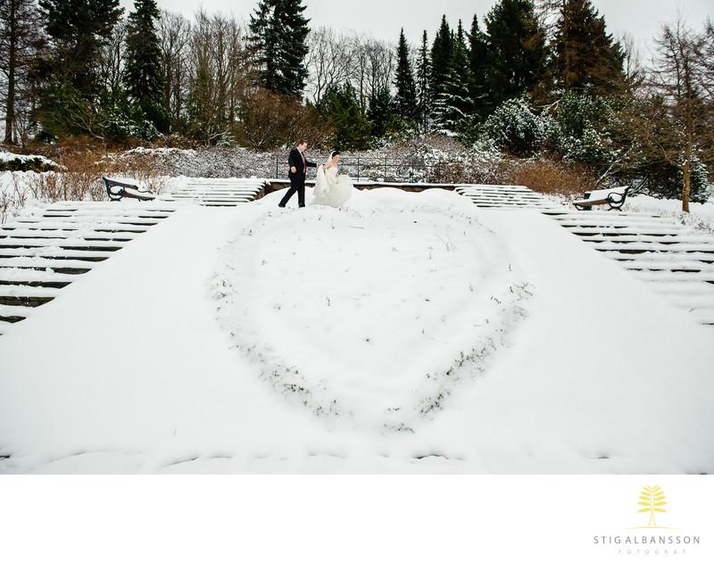 Brudpar vid hjärta i snö på Botaniska trädgården Gbg
