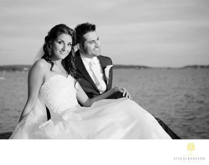 Brud och brudgum på klippa vid havet Tjolöholms slott