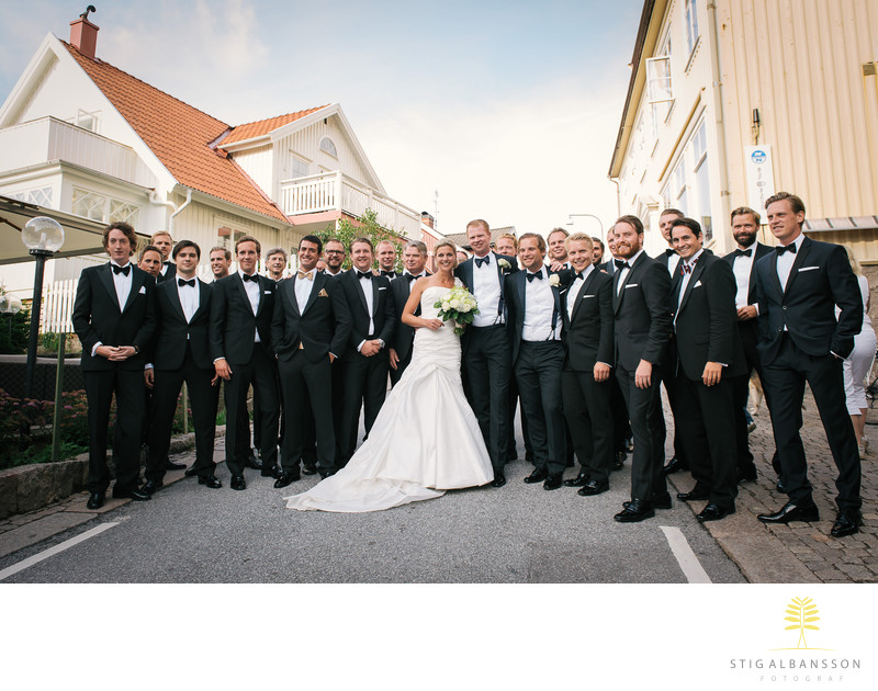 Brud och manliga delen av gästerna bröllop Fjällbacka