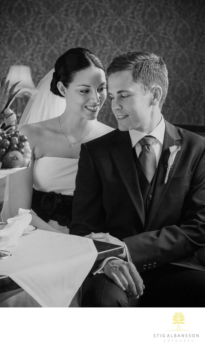 Brud och brudgum i bröllopssviten på Thorskogs slott