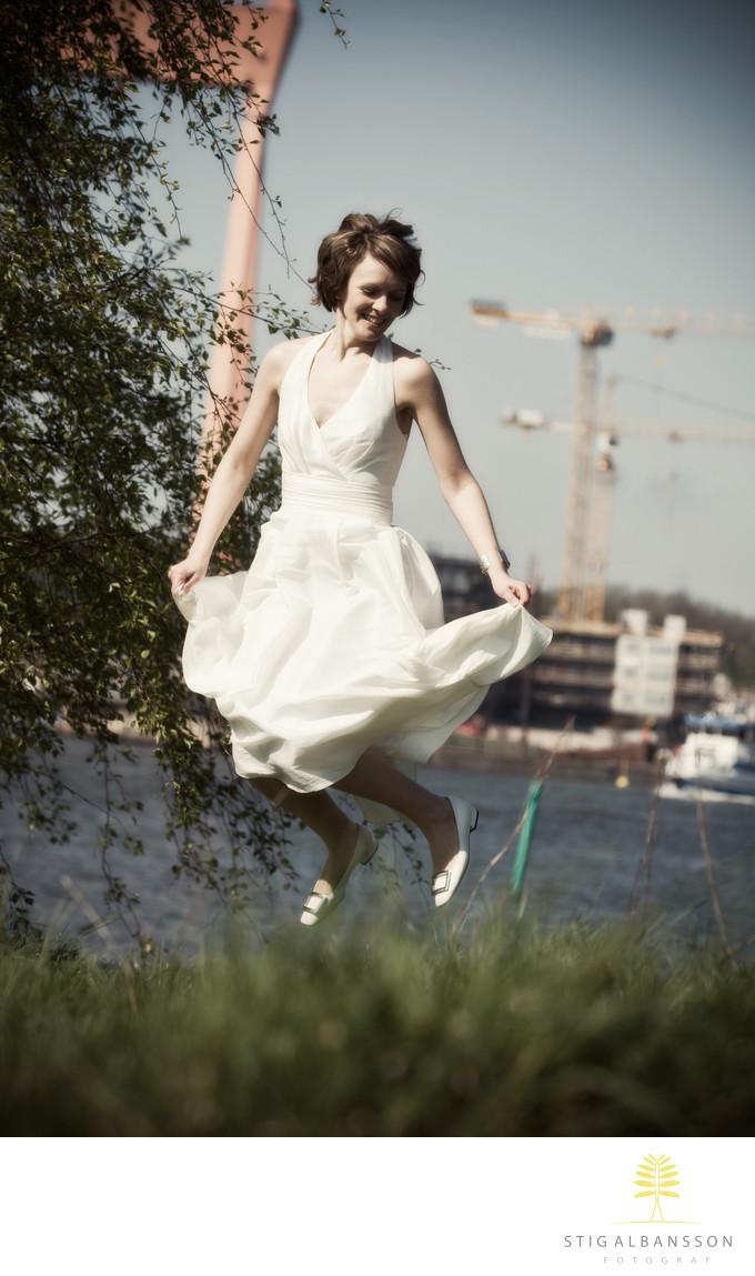 Brud hoppar av lycka vid Klippans kulturområde