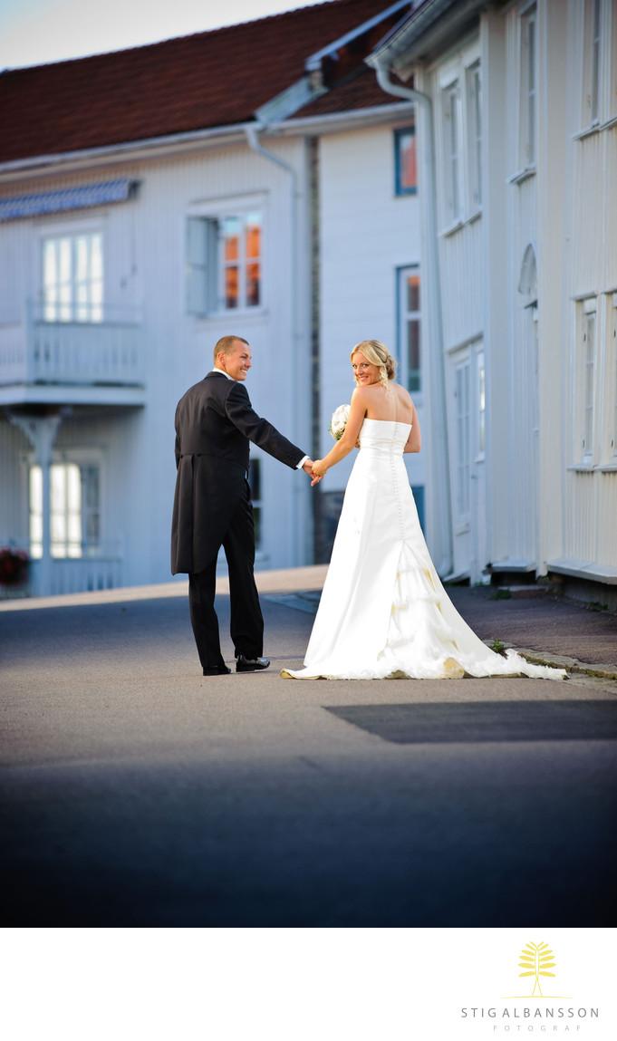 Brudpar vandrar gatorna i Marstrand kvällsljus Augusti