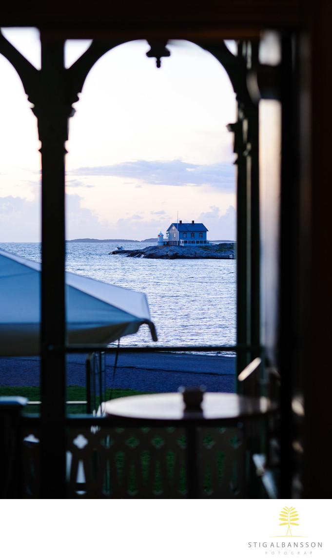 Utsikt från Societetshuset i Marstrand en sommarkväll