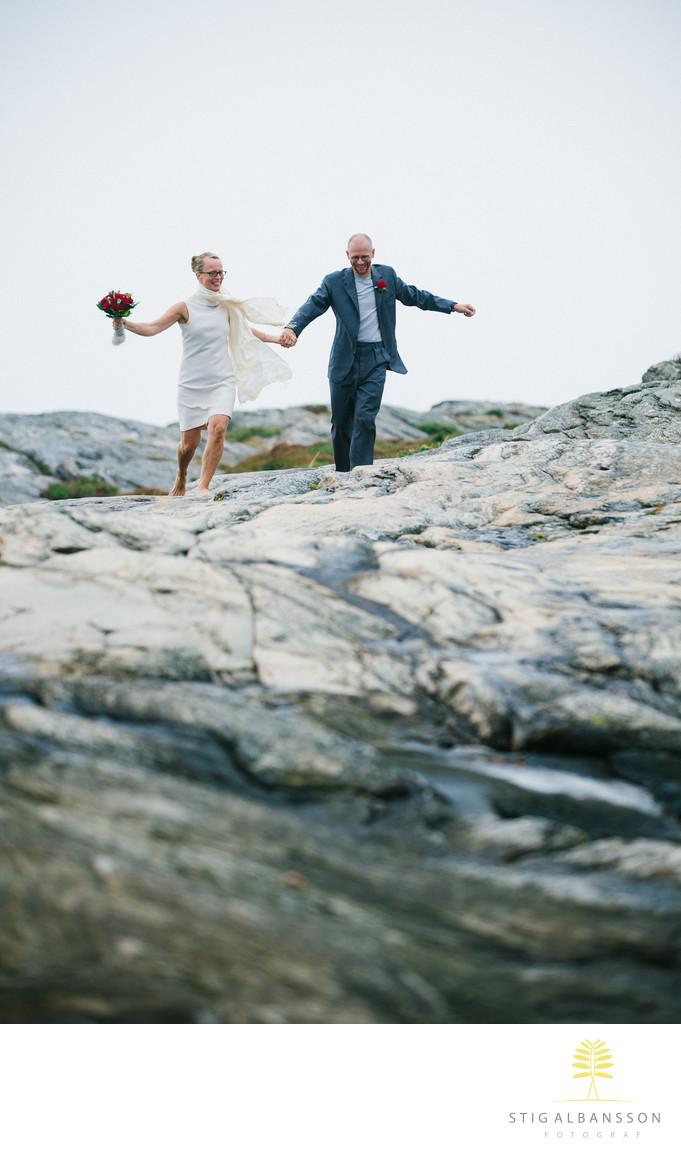 Brudpar springer på klippor Västkusten