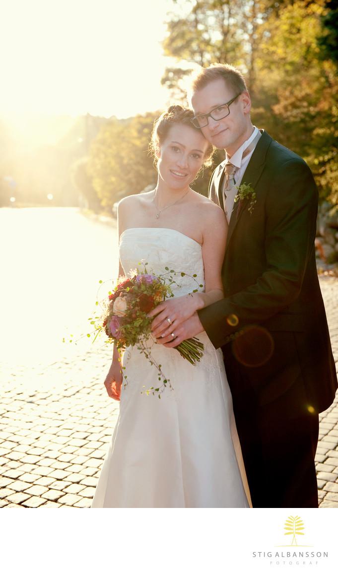 Bröllopsfoto Särö med kullersten och motljus