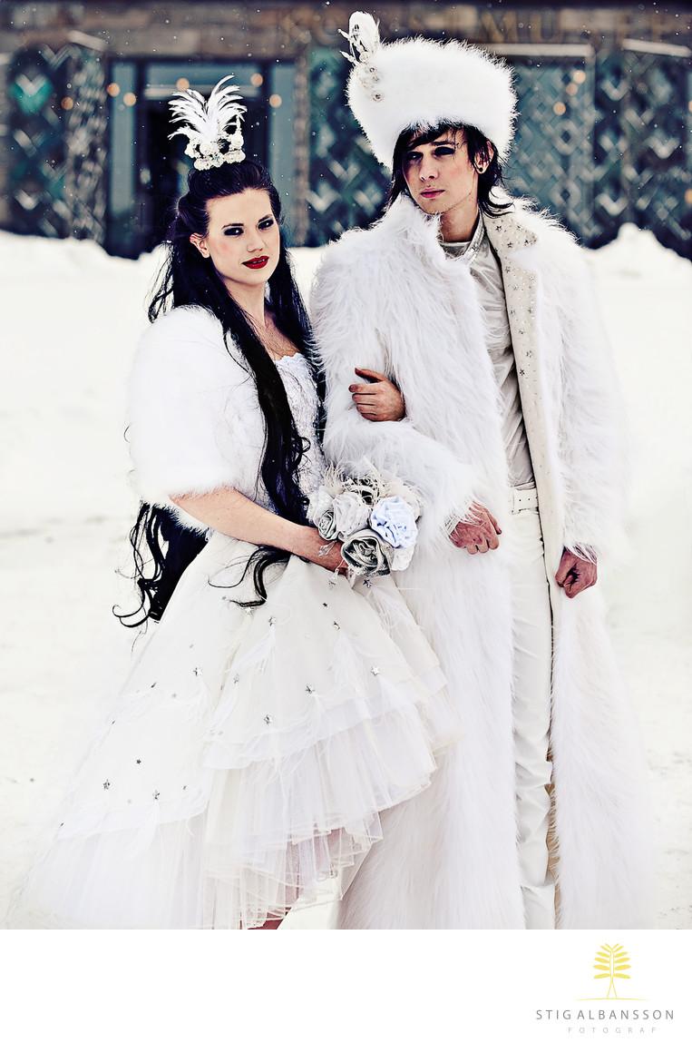 Modeller i snö på Götaplatsen i fantasifulla kläder