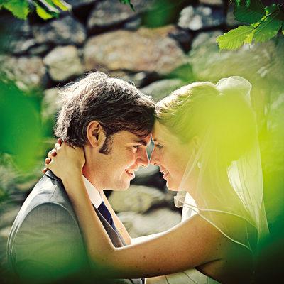 Kärleksfull kontakt mellan brudpar på Marstrand