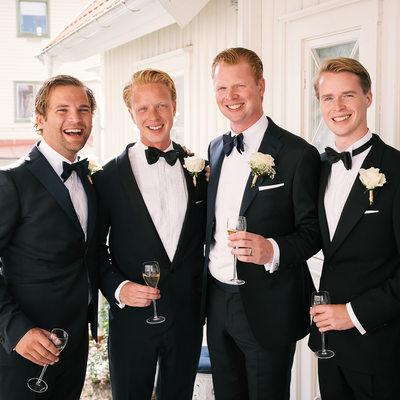 Brudgum med vänner på bröllop Fjällbacka