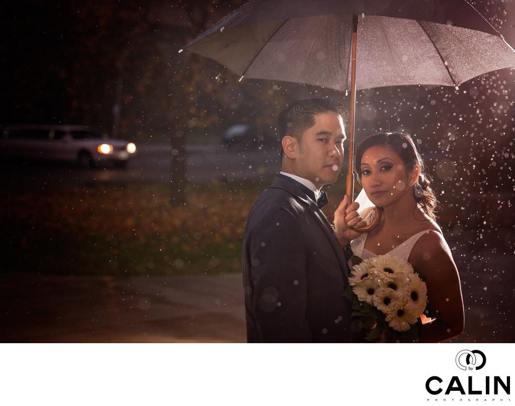 Photo Bride Groom Rain