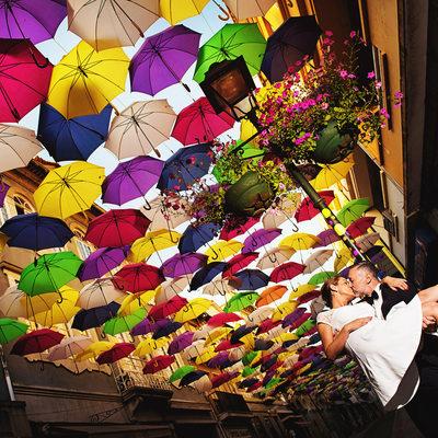 Kuss unter Regenschirmen