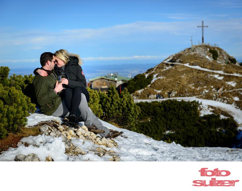 Romantischer Moment bei Verlobung auf dem Untersberg