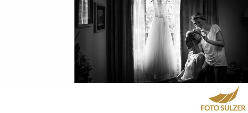 Hochstecken der Frisur von der Braut für die Hochzeit im Hotel die Gersbergalm am Gaisberg