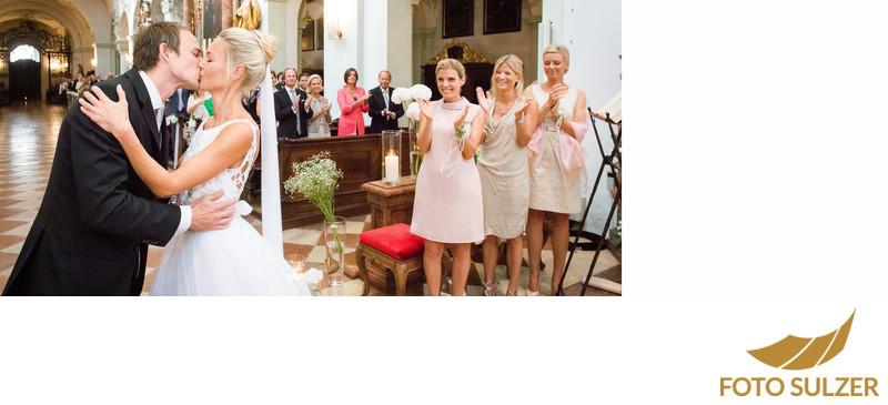 Hochzeit in St. Peter:Kuss des brauchbares vor Trauzeugen