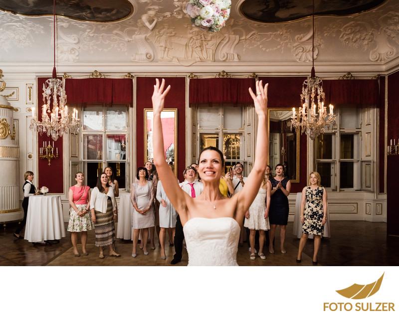 Brautstraußwerfen Hochzeitsfotograf