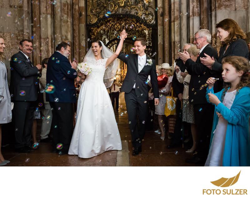 Hochzeit Auszug Stiftskirche St. Peter mit Seifenblasen