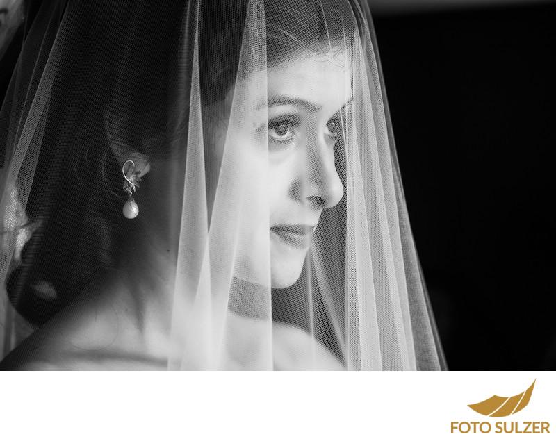 Brautportrait Vorbereitung auf Hochzeit Golfhotel Villa Drachenwand