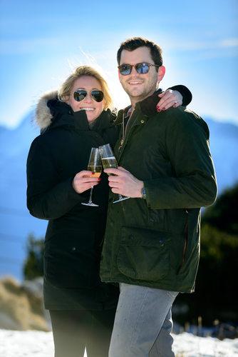 Anstoßen bei Verlobung auf dem Untersberg bei Salzburg