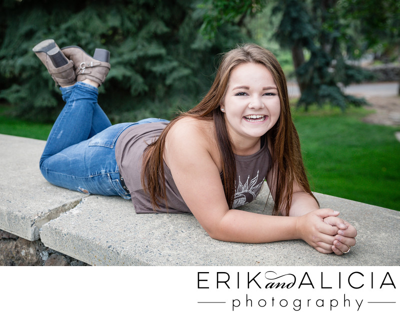 manito park senior session laughing girl