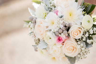 a special touch florist uses roses and daisies