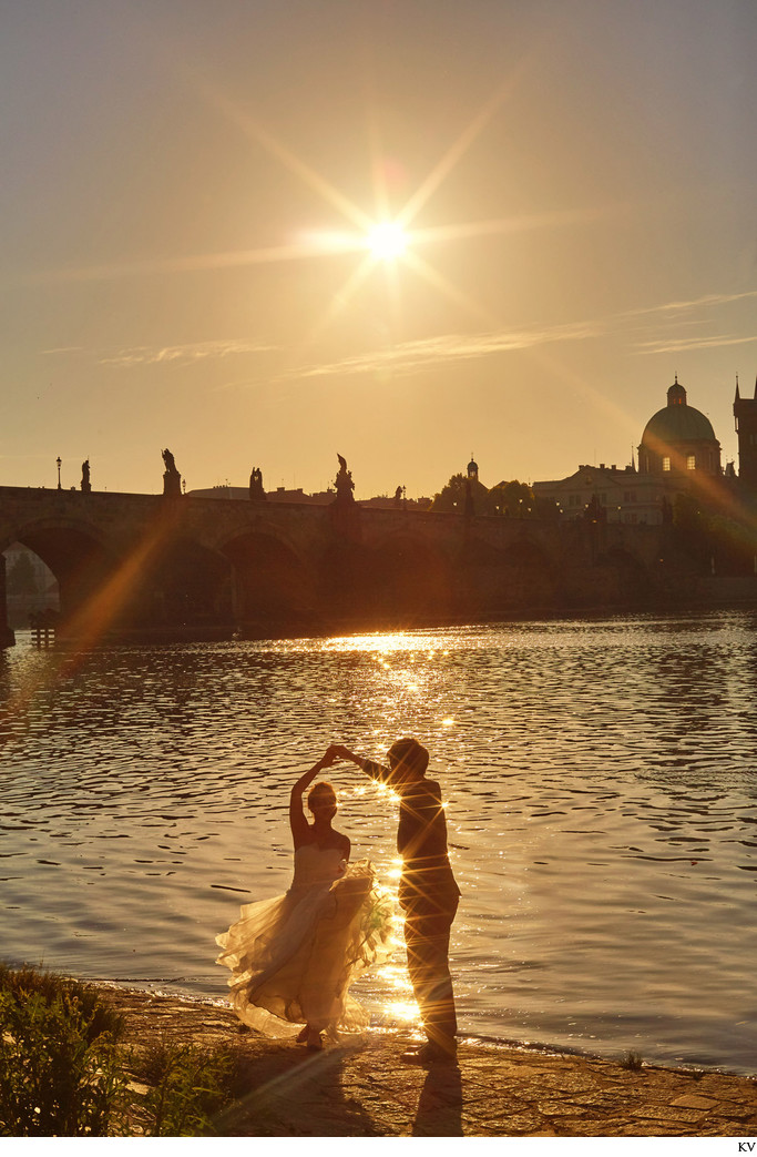 T&K stunning sun flared pre-wedding photos from Prague