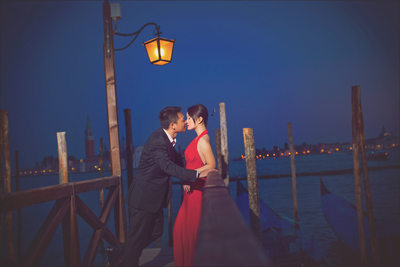 Venice pre wedding photos / M & J / kiss at the pier