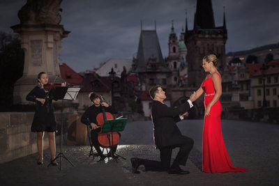 romantic marriage proposal photos Prague