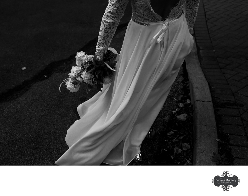 Journalistic Photos of Brides Walking on Wedding Day