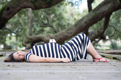 maternity photos at the oak tree park in jacksonville