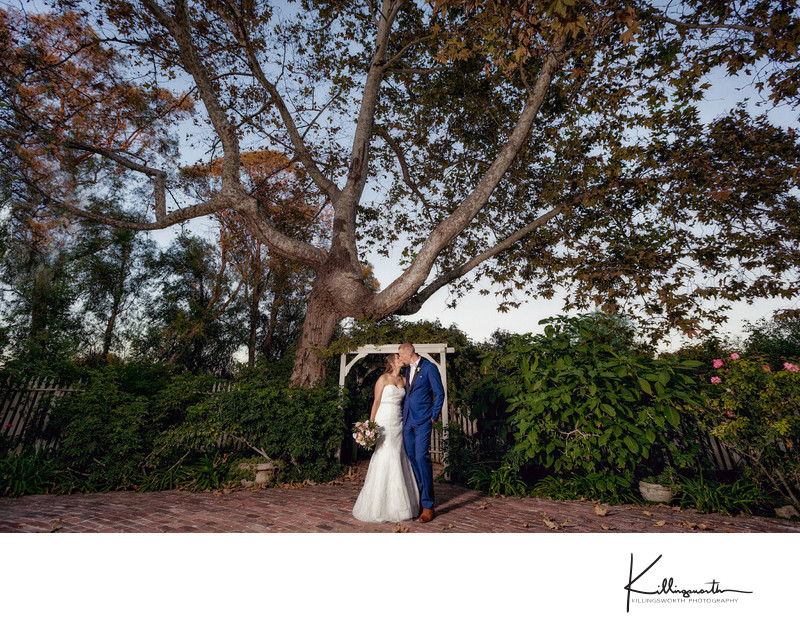 couple kissing at McCormick Ranch wedding venue