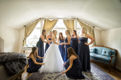 bridesmaids gettting bride ready at the newhall mansion