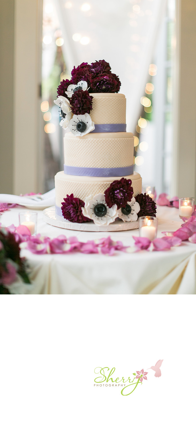 pretty wedding cake white anemones