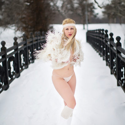 best outdoor boudoir photography in the snow St Louis